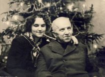 Su dukra pasitinkant Naujuosius metus, 1957 m.