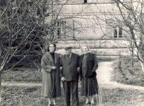 Su žmona ir dukra prie savo namo, 1957 m.