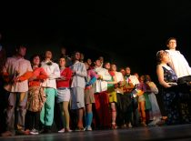 """Scena iš spektaklio """"Pjesė trims moterims ir Liudviko lavonui"""", 2006 m. Rež. R. Vaidotas. (Originalas – Viktoro Mickūno archyve)"""