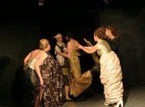 """Scena iš spektaklio """"Mirandolina"""", 2003 m. (Režisierius – R. Vaidotas)"""