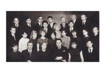 Teatro studijos nariai su vadovu Romualdu Tumpa ir režisieriumi Algimantu Voščiku,1969 m. (Originalas – N. Krasauskaitės archyve)