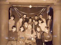 KPI liaudies teatras su vadovu L. Zelčiumi, 1986 m. (Originalas – KTU muziejuje)
