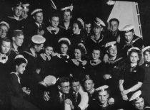 Gimnazistas R. Chomskis (viršuje, 2-asis iš dešinės) su klasės draugais po vaidinimo, apie 1935 m.