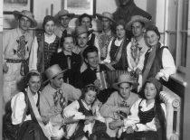 R. Chomskis su tautinio meno kolektyvu po koncerto, 1938 m.