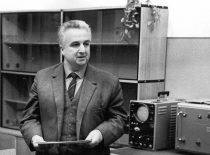 Doc. Romanas Chomskis (1919–1991) – fizikos-matematikos mokslų daktaras, informatikos mokslų organizatorius, Kauno politechnikos instituto mokslo reikalų prorektorius.