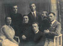 Romanas su mama Olga (centre), sese Juzefa ir broliais Ferdinandu, Teodoru, Boleslovu ir Vaclovu apie 1935 m.