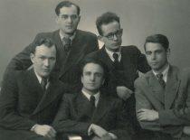 Pirmoji pokarinė Kauno universiteto elektrotechnikų laida, 1948 m. Sėdi: centre – R. Chomskis, 1-asis iš dešinės – M. Paulauskas.