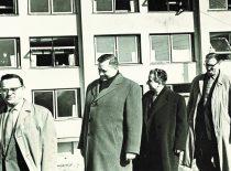 Rektorius prof. K. Baršauskas su rektorato nariais A. Martynaičiu, R. Chomskiu, H. Petrusevičiumi ir P. Švenčianu apžiūri studentų bendrabučio statybas, 1963 m.