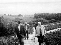 R. Chomskis su instituto svečiais prie Kauno marių