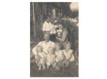 R. Chomskis (stovi) su tėvu Romanu, seserimi Juzefa ir jos vaikais, apie 1930 m.