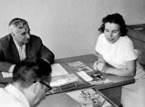 Civilinės gynybos įskaita, 1971 m. R. Chomskis egzaminuoja studentus. (Ramašausko nuotr.)