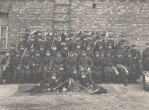 5-ojo pėstininkų pulko orkestras su pulko vadu plk. Stasiu Raštikiu, 1933–1934 m. I eilėje 4-asis iš kairės – Romanas Chomskis (tėvas).