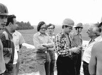Prorektorius R. Chomskis studentų statybinio būrio stovykloje, 1976 m. (Bartkevičiaus nuotr.)