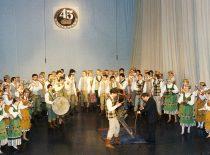"""KTU tautinio meno ansamblio """"Nemunas"""" šventinis koncertas 45-ųjų įkūrimo metinių proga, 1994 m. (J. Klėmano nuotr.)"""
