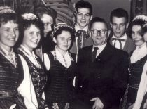 KPI rektorius prof. K. Baršauskas su dainų ir šokių ansamblio dalyviais, 1959 m.