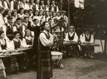 KPI dainų ir šokių ansamblio koncertas Pabaltijo studentų dainų šventėje, 1956 m. Solistė –Birutė Paplauskaitė. (Originalas – prof. A. Vitkausko archyve)