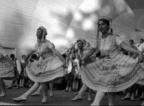 """""""Nemuno"""" šokėjų pasirodymas KPI festivalyje, 1965 m."""