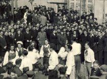 Kauno universiteto liaudies ansamblio nariai Gegužės 1-osios parade, 1950 m.