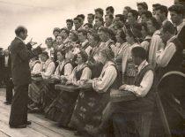 KPI dainų ir šokių ansamblis VI jaunimo ir studentų festivalyje Maskvoje, 1957 m. Diriguoja vadovas A. Čižas. (Originalas – D. Bingelienės archyve)