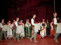 """KTU tautinio meno ansamblio """"Nemunas"""" koncertas, 2002 m. (J. Klėmano nuotr.)"""