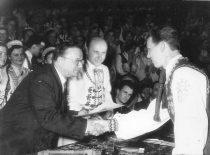 Ansamblio diplomantų išleistuvės, 1958 m. Rektorius prof. K. Baršauskas sveikina diplomantą A. Vitkauską. (Originalas – prof. A. Vitkausko archyve)