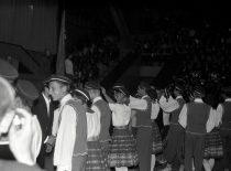KPI rugsėjo 1-oji Kauno sporto halėje, 1966 m. Nemuniečiai įteikia studentiškas kepuraites pirmakursiams.