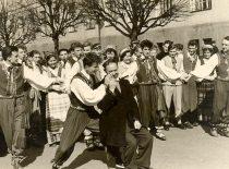 """Ansambliečių išdaigos po Gegužės 1-osios parado – """"Sadutės"""" """"nuotaka"""" tapo šokių grupės vadovas Ričardas Tamutis, 1958 m."""
