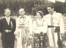 """""""Nemuno"""" vadovai R. Tamutis, A. Čižas, E. Morkūnienė, V. Bartusevičius dainų šventėje, 1960 m. (Originalas – prof. A. Vitkausko archyve)"""