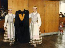 Nemunietės su KTU garbės daktaro mantija, 1998 m. (J. Klėmano nuotr.)