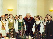 Algirdas Mykolas Brazauskas su nemuniečiais po KTU Garbės daktaro regalijų įteikimo, 2001 m. (J. Klėmano nuotr.)