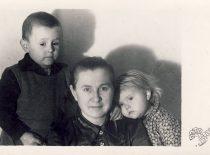 Antanas Karoblis su mama ir seserimi Alfonse, 1944 m.
