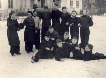 Joniškėlio vidurinės mokyklos abiturientai, 1957 m. vasario 17 d. A. Karoblis centre pritūpęs prie sėdinčių draugų.