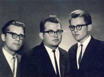 A. Karoblis su kurso draugais neakivaizdininkais B. Bitinu ir S. Buože baigę Vilniaus universiteto Matematikos fakultetą, 1966 m.