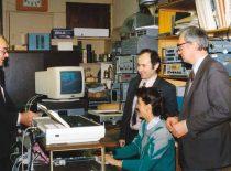 Ultragarsinės technikos mokslo darbuotojai (iš kairės): vyr. mokslo darbuotojas K. Kundrotas, dr. L. Mažeika, mokslo darbuotoja G. Naruševičienė ir dr. R. Šliteris, 1990 m.