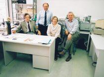 V.m.d. A. Voleišis, dr. L. Mažeika, dr. B. Voleišienė ir dr. R. Šliteris po sėkmingų ultragarsinės kraujo krešėjimo tyrimo sistemos bandymų, 1997 m.