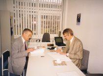 R. Kažys ir FORCE Instituto atstovas pasirašo bendradarbiavimo sutartį, 1998 m.