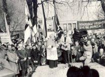 Vasario 16-osios mitingas Kaune, 1989 m. Kalba vyskupas V. Sladkevičius, šalia jo – A. Norvilas, žemiau dešinėje stovi A. Karoblis.