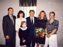 A. Karoblis su šeima dukteriai Aistei baigus Saulės gimnaziją,1994 m. Iš kairės: sūnus Remigijus, įdukra Erika, A. Karoblis, duktė Aistė, žmona Daiva, vaikaitė Eglė.