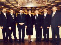 Signatarų klubo valdyba 2001 m. sausio 13 d. Iš kairės: V. Kačinskas, Z. Vaišvila, E. Klumbys, B. Valionytė, A.Karoblis, G. Ilgūnas ir R. Rudzys.