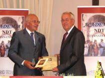 R. J. Kažys po priėmimo Italijoje į Tarptautinę neardomųjų bandymų akademiją tikruoju nariu. Diplomą įteikia akademijos prezidentas dr. G. Nardoni, 2009 m.