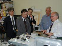 """""""Hitachi"""" korporacijos vyriausiasis inžinierius dr. H. Takeda (centre), """"Hitachi"""" korporacijos Europos mokslinių tyrimo centro vyriausiasis menedžeris H. Odawara, Ilgalaikės technologijos strategijos vadovas A. Fujibayashi lankosi KTU Ultragarso institute, 2012 m."""
