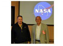 Prof. R. J. Kažys su JAV Nacionalinės aeronautikos ir kosmoso tyrimo agentūros (NASA) Ames centro direktoriumi Simon P. Warden. Kalifornija, 2013 m.