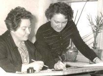 Ilgametės Ultragarso laboratorijos darbuotojos braižytoja Salomėja Ilgūnienė ir vertėja Birutė Damašauskienė