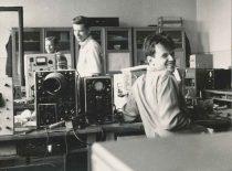 Inžinieriai A. Kepežėnas, A. Bieliūnas ir V. Dzimidavičius Ultragarso laboratorijoje, 1969 m.