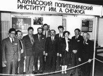 KPI Prof. K. Baršausko ultragarso probleminės laboratorijos darbuotojai prie savo stendo tarptautinėje parodoje Vilniuje, 1976 m.