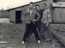 A. Patackas (centre) su grupės draugais KPI gamybinėje praktikoje, 1963 m.