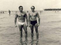 Pirmųjų Lietuvos ir Baltijos šalių kultūrizmo čempionatų (1965-1966) prizininkas A. Patackas su draugu S. Ašmontu Palangoje, XX a. 7-asis dešimtmetis.