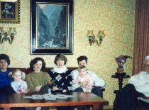 V. Paliūnas su šeima – žmona Danute, vaikaite Ieva, dukterimi Lina, žmonos dukterimi Ingrida, sūnumi Vidu, vaikaite Egle, 1994 m.
