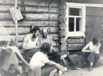 A. Patackas užrašinėja tautosaką Marijampolės rajono kaime, apie 1970 m.