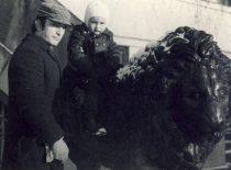 Su sūnumi Algirdu prie Kauno valstybinio istorijos (nuo 1989 m. – Vytauto didžiojo karo) muziejaus, 1972 m.